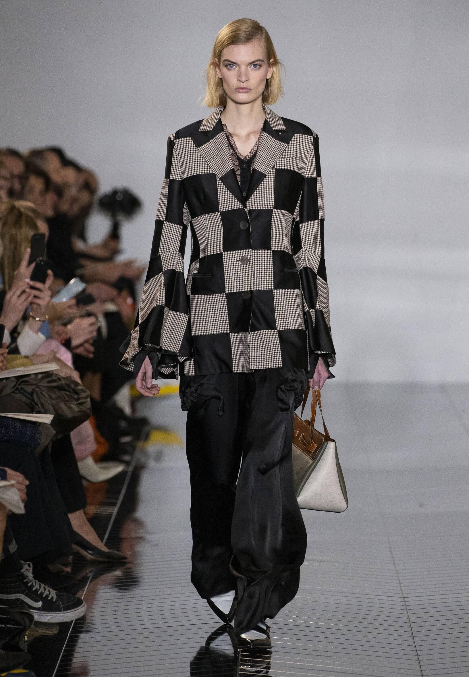 2019 Catwalk Loewe Woman Fashion Show Winter