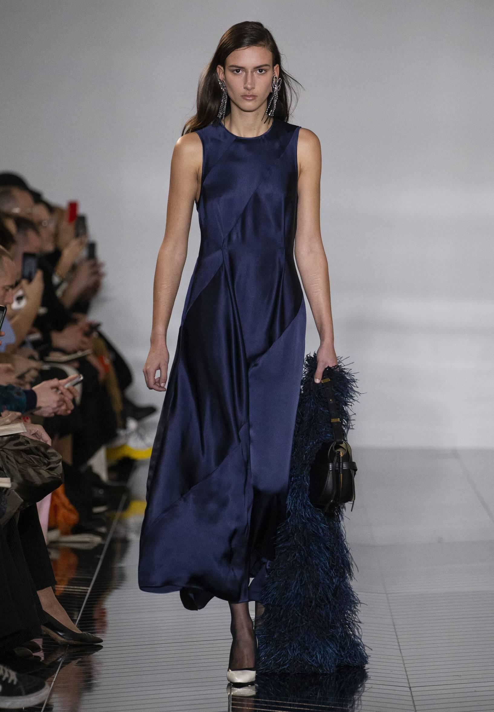 Catwalk Loewe Woman Fashion Show Winter 2019