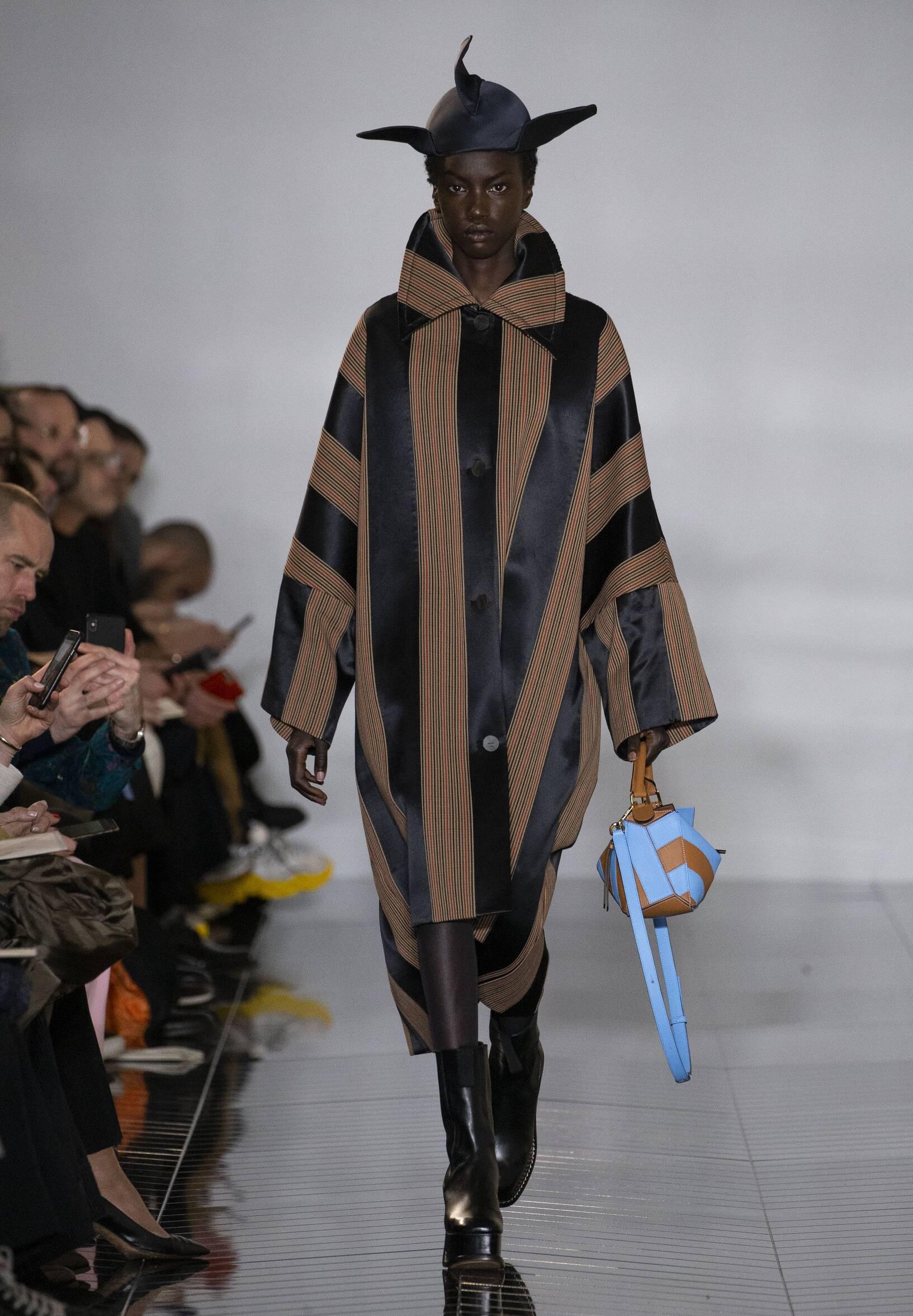 Catwalk Loewe Women Fashion Show Winter 2019