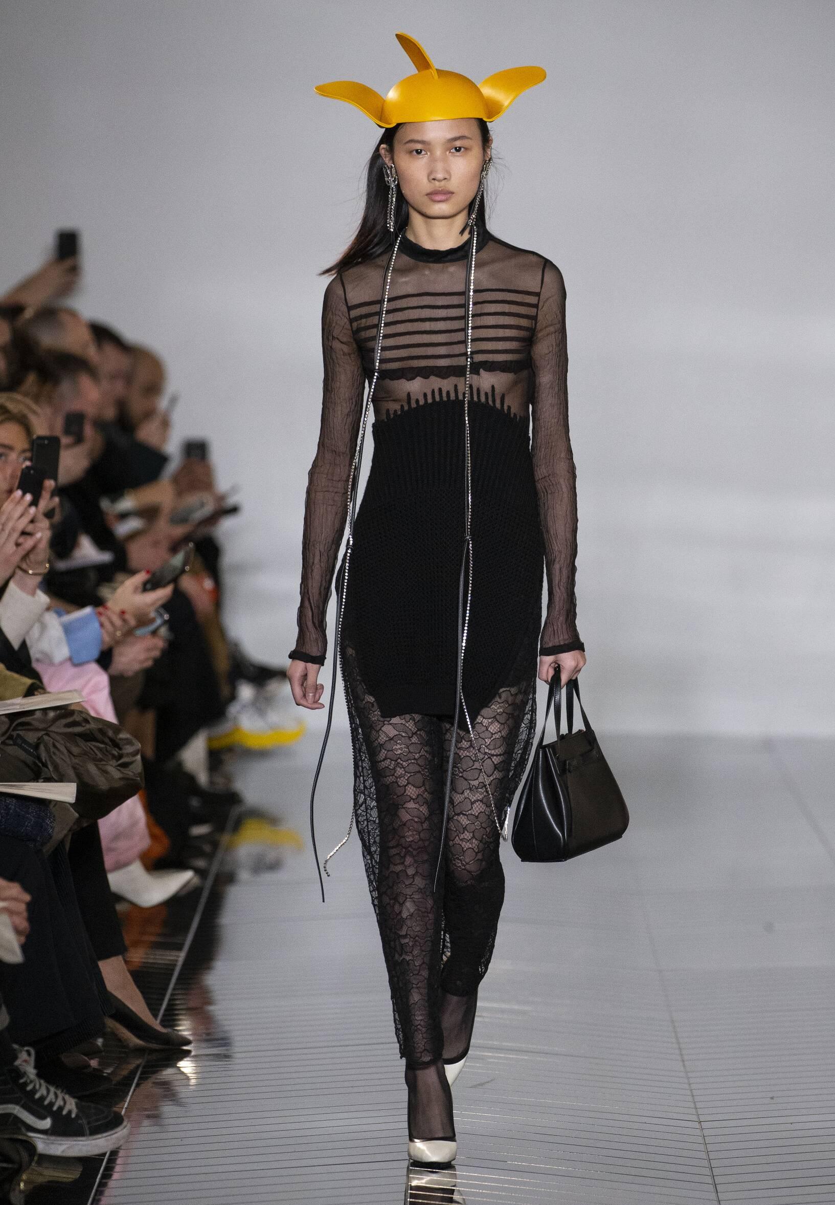 Woman FW 2019 Loewe Show Paris Fashion Week