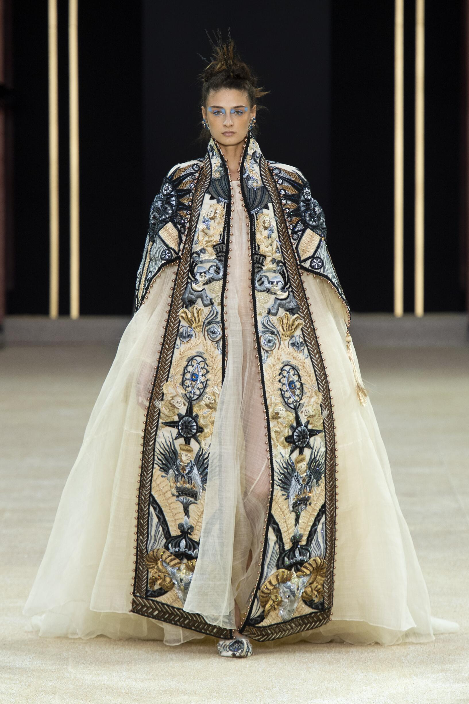 Catwalk Guo Pei Haute Couture Winter 2019-2020