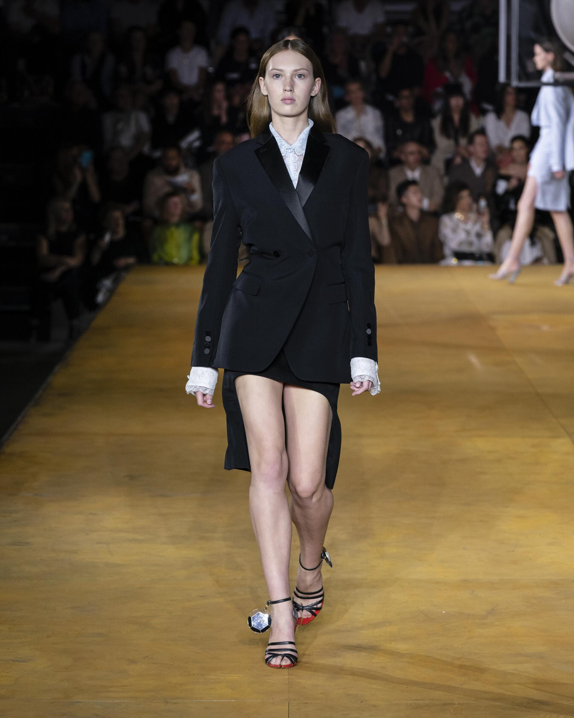Fashion 2020 Runway Burberry Summer Woman