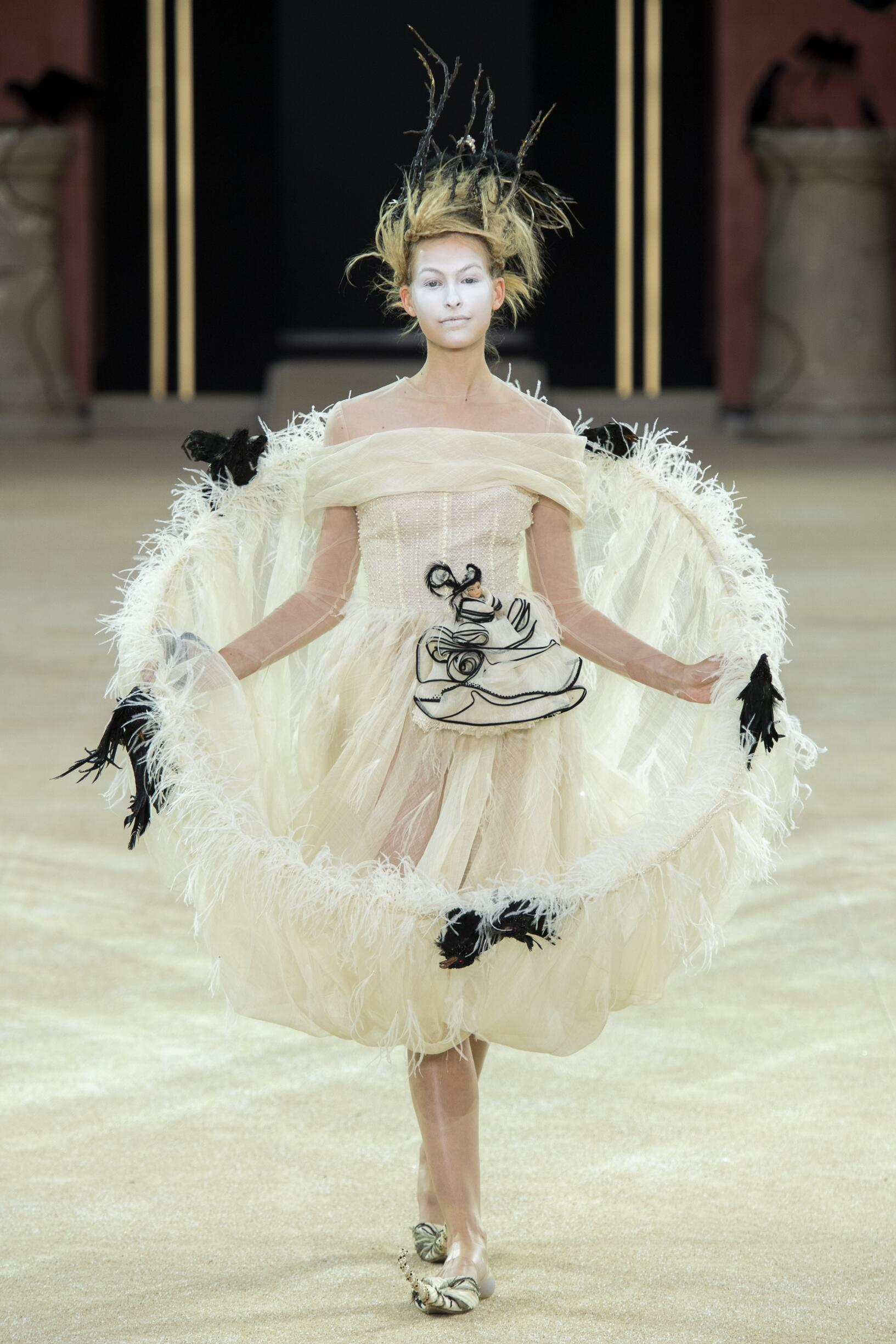 Runway Guo Pei Haute Couture Fall Winter 2019 Collection Paris