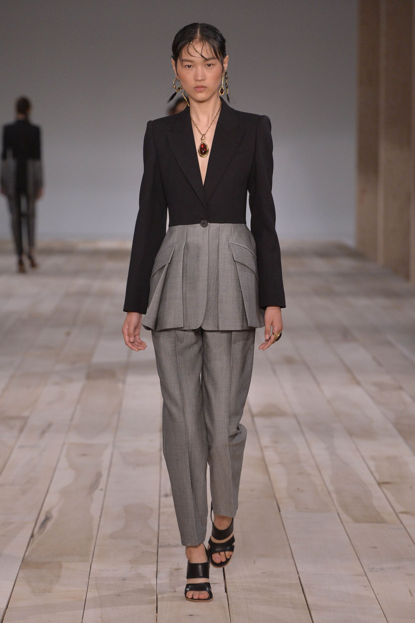 Runway Alexander McQueen Spring Summer 2020 Women's Collection Paris Fashion Week