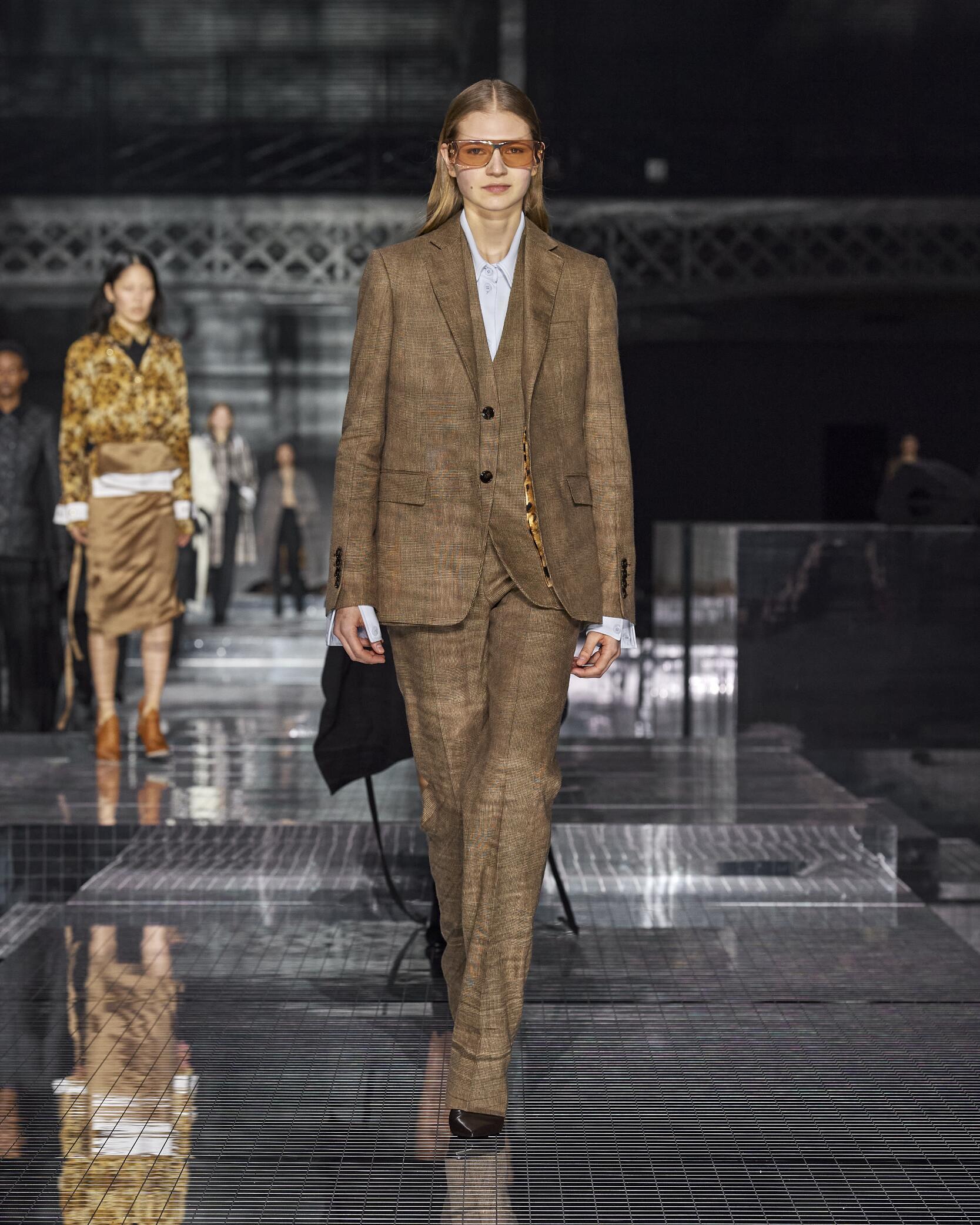 Catwalk Burberry Woman Fashion Show Winter 2020