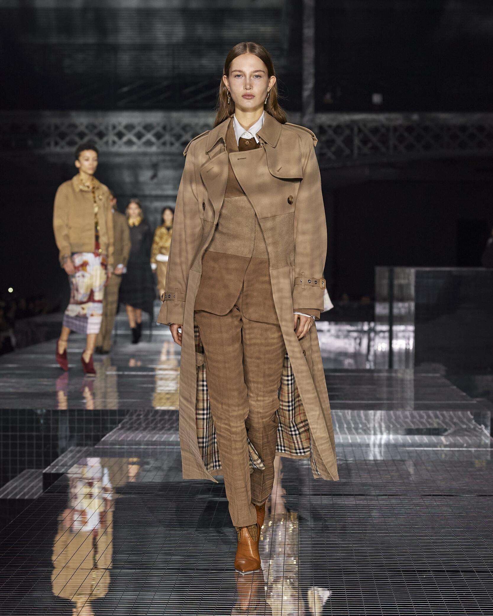 Catwalk Burberry Women Fashion Show Winter 2020