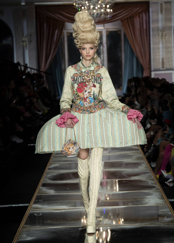 Catwalk Moschino Women Fashion Show Winter 2020