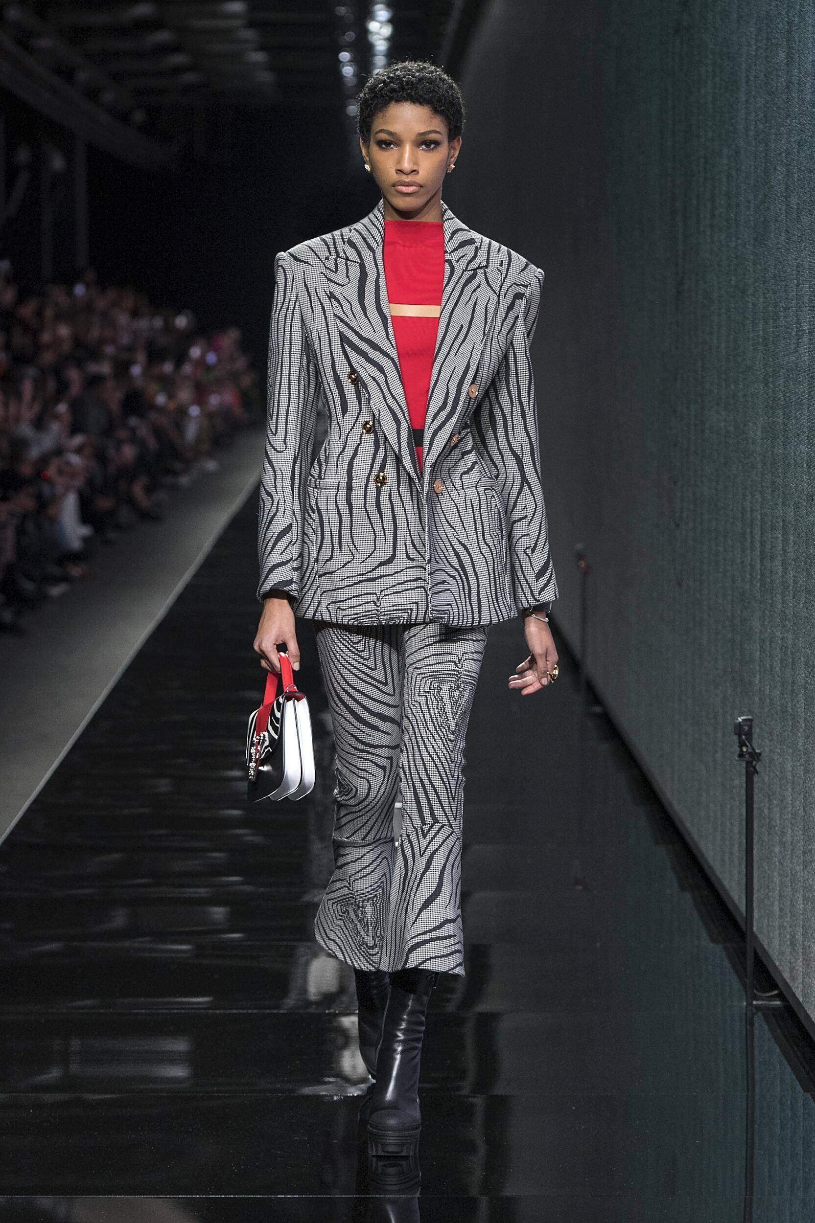 Catwalk Versace Woman Fashion Show Winter 2020