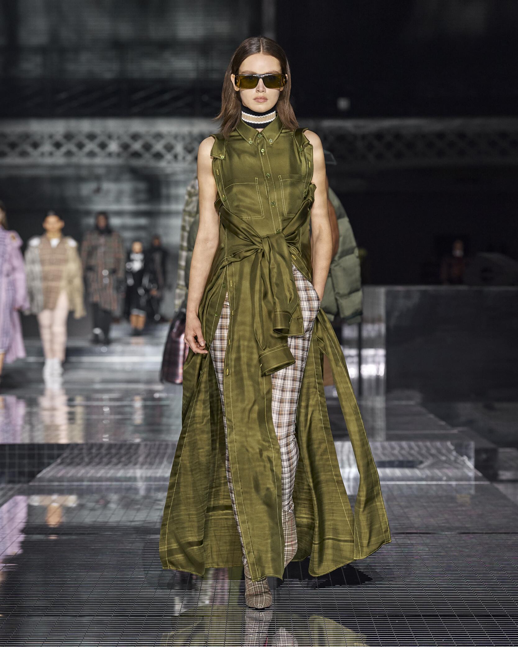 Fashion 2020 Runway Burberry Winter Woman