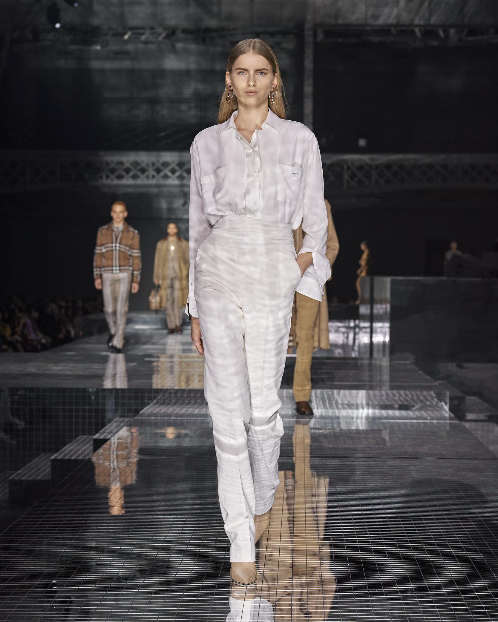 Runway Burberry Fall Winter 2020 Women's Collection London Fashion Week