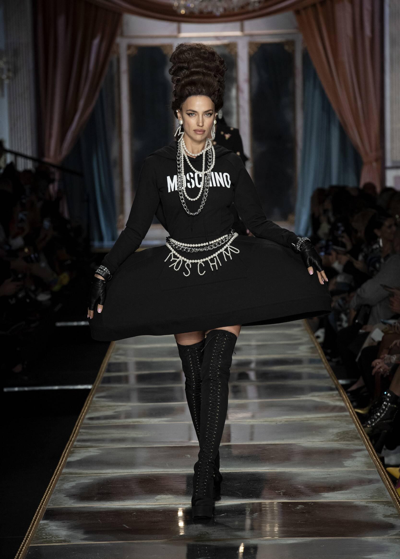 Runway Moschino Fall Winter 2020 Women's Collection Milan Fashion Week