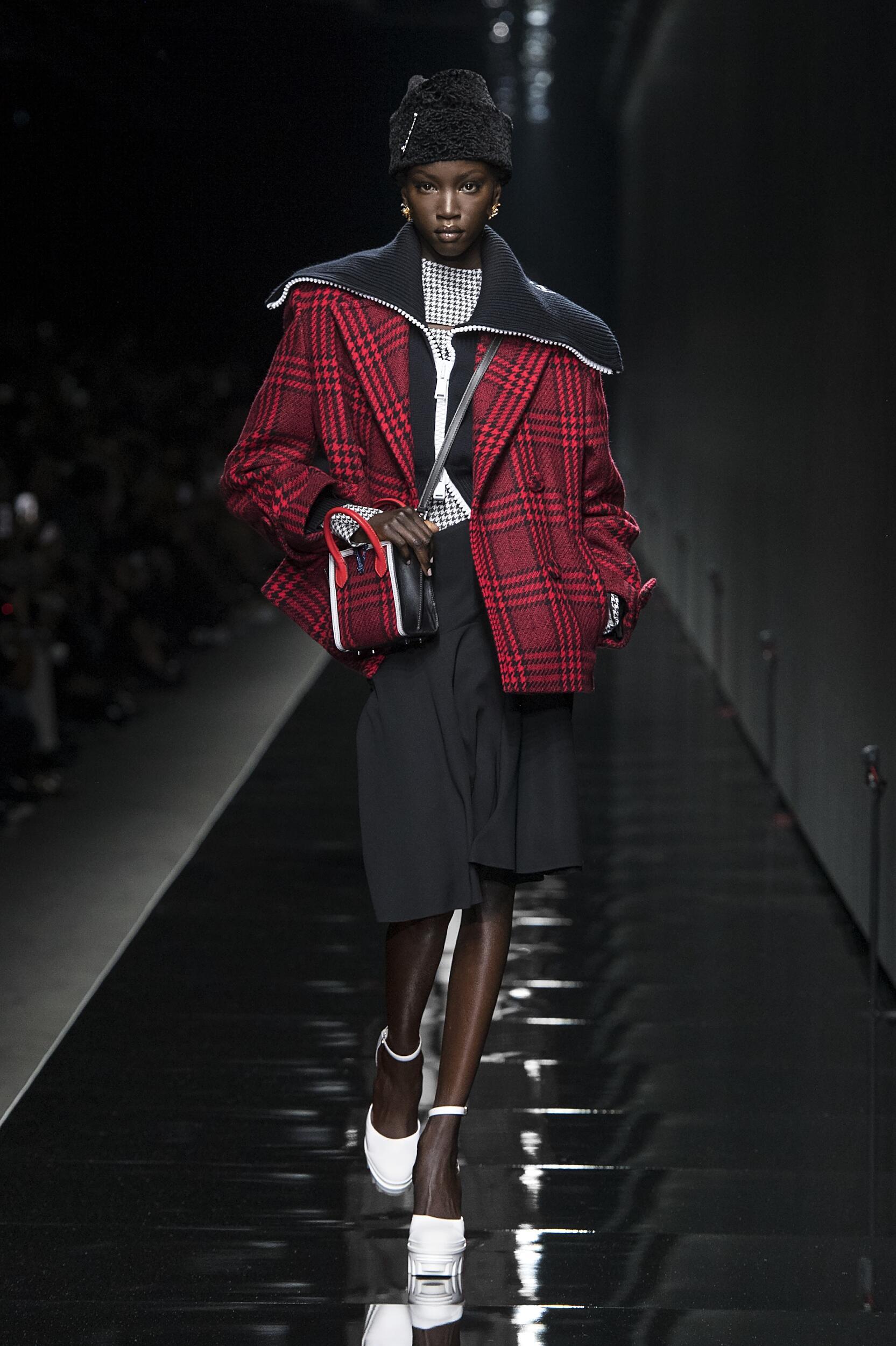 Runway Versace Fall Winter 2020 Women's Collection Milan Fashion Week