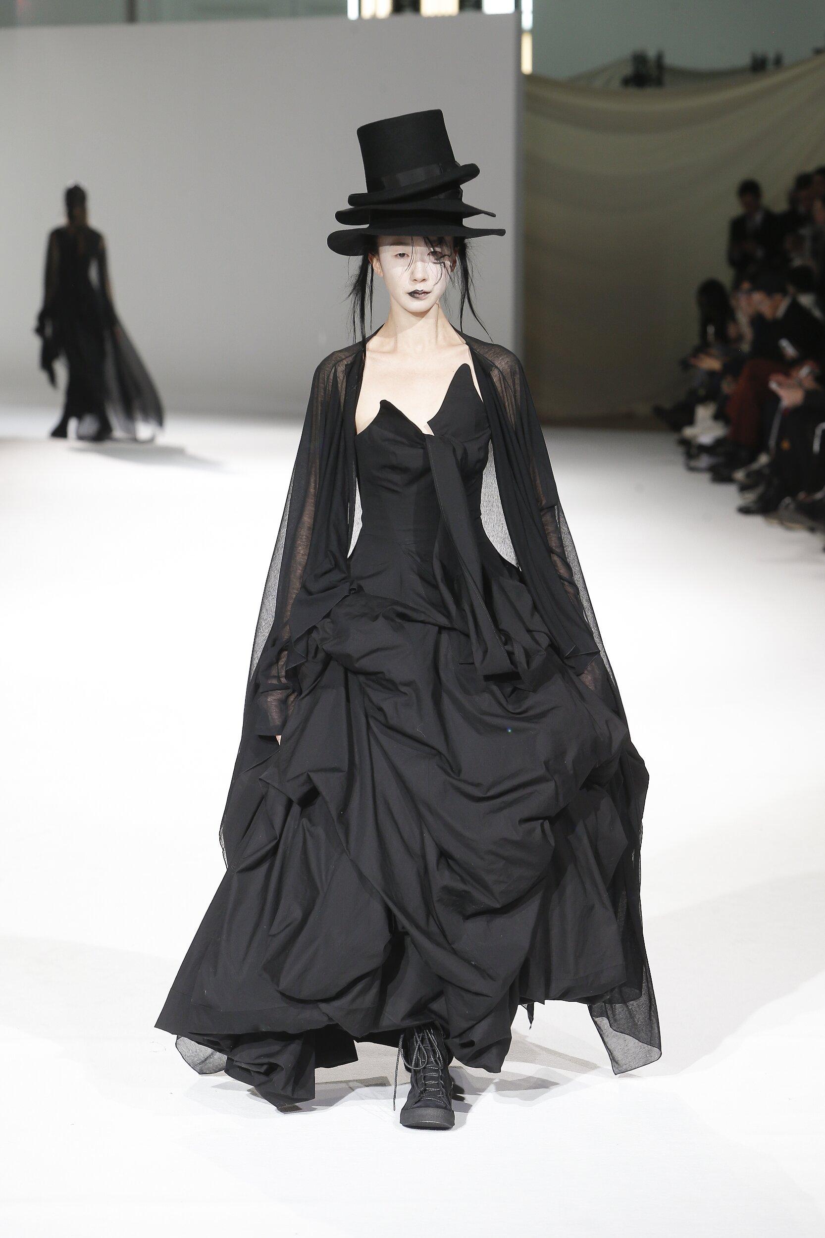 Catwalk Yohji Yamamoto Woman Fashion Show Winter 2020