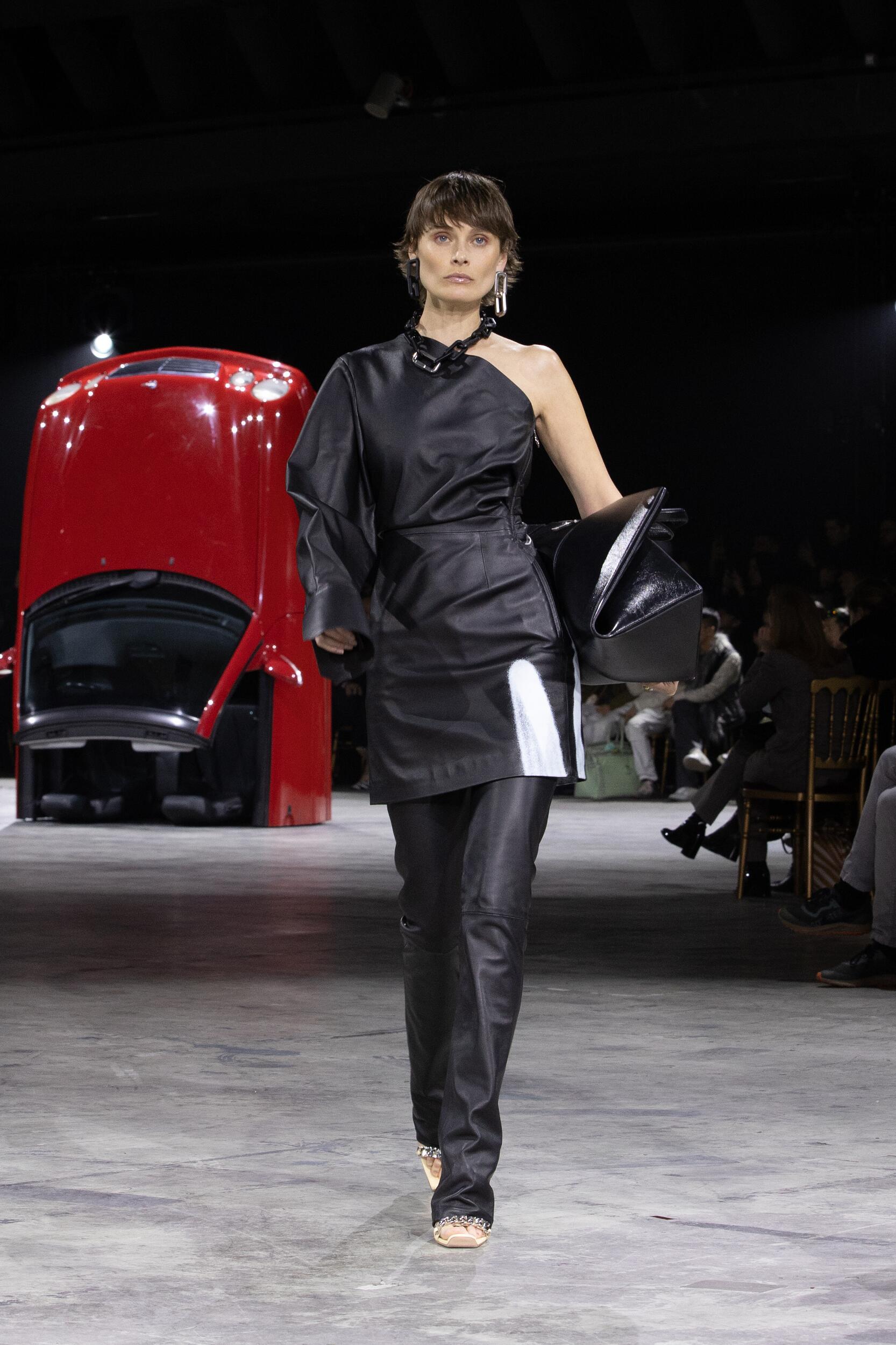 Fashion Show Woman Model Off White c/o Virgil Abloh Catwalk